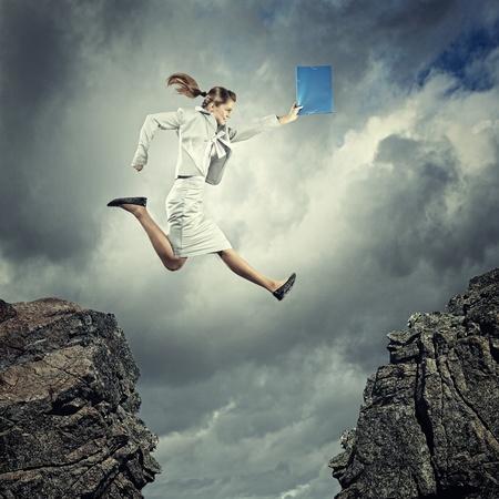 젊은 사업가의 이미지 갭 위에 점프 스톡 콘텐츠