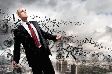 amok: Obraz młodego biznesmena w gniewie na tle ilustracji