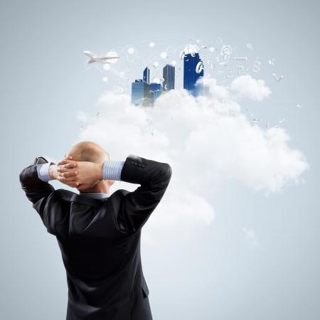 sogno: Immagine di uomo d'affari riflessivo in piedi con la schiena