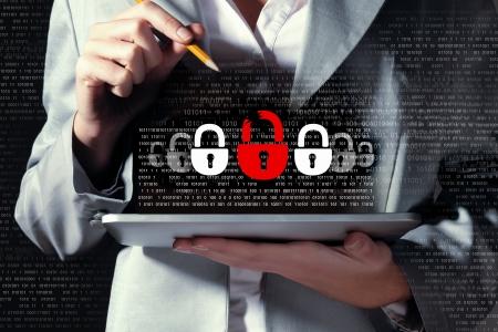 개인 정보 보호: 사업가 지주 태블릿 PC 암호 보안 개념을 입력 스톡 사진
