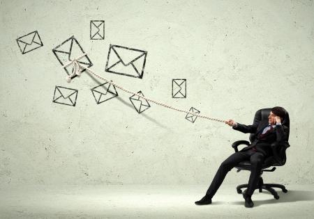 통신: 밧줄로 메일 서명을 당기는 젊은 사업가의 이미지 스톡 콘텐츠