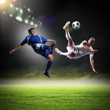 Image de deux joueurs de football au stade Banque d'images - 20026353