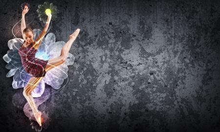 dance: Baile de la muchacha en un vestido de color con un fondo gris Collage