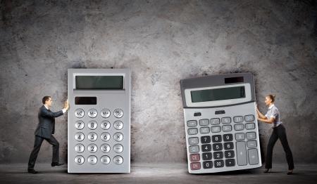 tributos: Imagen de dos hombres de negocios con grandes calculadoras