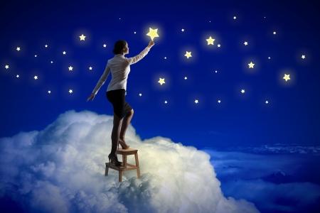 밤 하늘에 조명하는 젊은 여자 스타의 이미지 스톡 콘텐츠