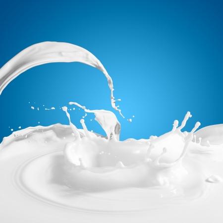 melk glas: Gieten witte melk splash op achtergrond kleur Stockfoto