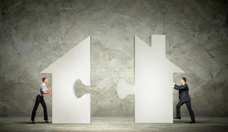 男と女の家のパズル シンボルを接続します。 写真素材