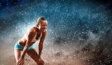 in action: Imagen de la joven atractiva mujer el ejercicio de deporte Foto de archivo