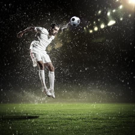 공을 치는 경기장에서 축구 선수의 이미지