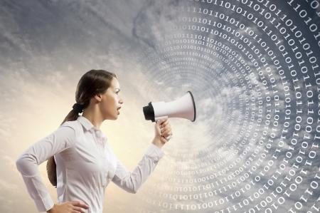 speaker: Imagen de la joven empresaria gritando en meg�fono