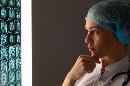X 線の結果を見て魅力的な女医のイメージ 写真素材