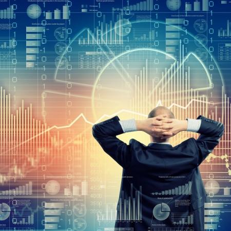 Achteraanzicht beeld van zakenman met gekruiste armen achter het hoofd Stockfoto