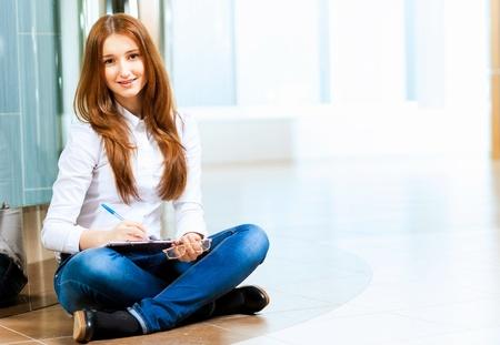 Image de la jeune femme rousse en casual wear Banque d'images - 20085991