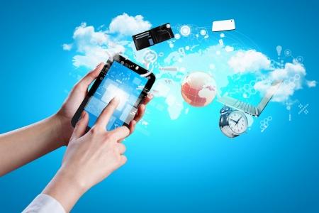 Close-up beeld van menselijke handen houden van de tablet