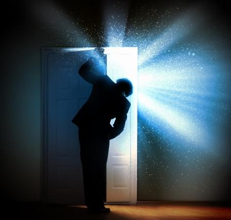 vision futuro: Imagen de joven empresario de pie con la espalda de abrir la puerta