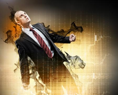 amok: Obraz mÅ'odego biznesmena z gniewem stojÄ…cych w czarnym dymie Zdjęcie Seryjne
