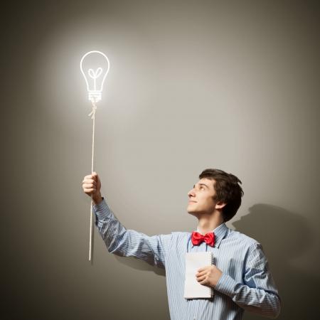 ideas brillantes: Imagen de joven hombre de negocios confusa holding notebook