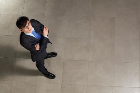 bovenaanzicht mens: Afbeelding van jonge zakenman in glazen armen gekruist Bovenaanzicht