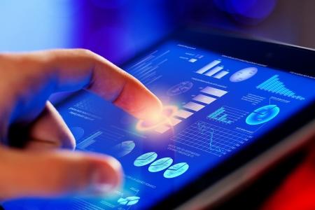 công nghệ: Closeup của ngón tay chạm vào màn hình săn chắc màu xanh trên máy tính bảng, máy tính