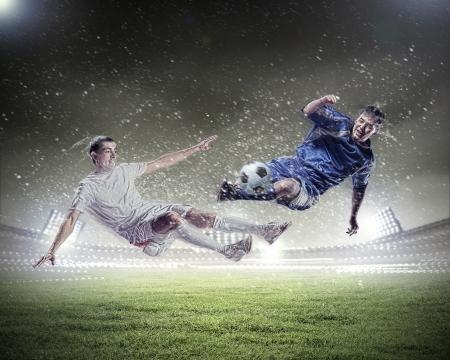 Afbeelding van twee voetballers bij stadion