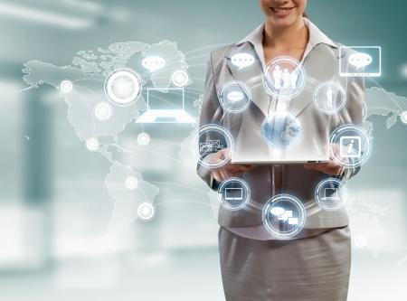 Image de la femme d'affaires avec votre Tablet PC sur fond high-tech Banque d'images