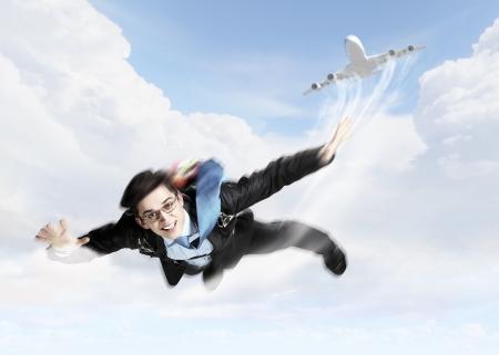 spadochron: Koncepcyjne obrazu z młodych biznesmen pływających pod z spadochronowa na odwrocie Zdjęcie Seryjne