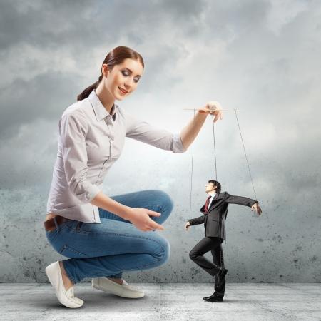 Image de la jolie marionnettiste concept de leadership d'affaires