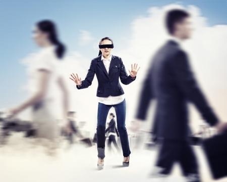ojos vendados: Imagen de la empresaria en la venda de los ojos caminando entre un grupo de personas Foto de archivo