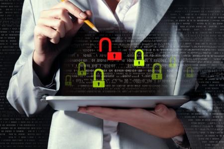 태블릿 pc 암호를 입력하는 사업가 보안 개념 스톡 콘텐츠