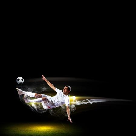 jugadores de futbol: Imagen de jugador de f�tbol en la camisa blanca Foto de archivo