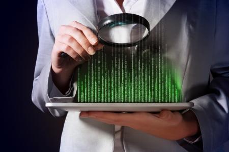 拡大鏡のガラスのバイナリ コードを調べることで実業家 写真素材