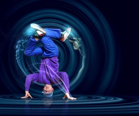 baile hip hop: Bailar?de estilo moderno que presenta contra el fondo oscuro con la ilustraci?e los efectos de luz Foto de archivo