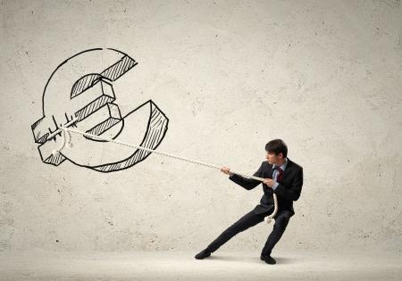 soldi euro: Immagine di giovane uomo d'affari tirando euro corda segno con