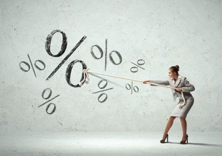 퍼센트 기호와 밧줄을 당기는 매력적인 사업가의 이미지