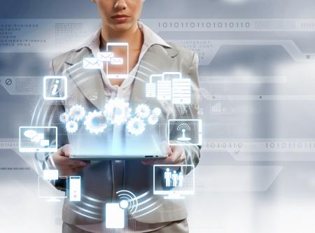 Imagen de la empresaria con la PC de la tableta contra el fondo de alta tecnolog?a Foto de archivo - 20597788