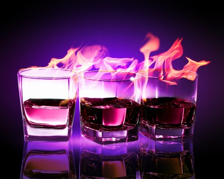 ajenjo: Imagen de tres vasos de ajenjo ardiente puple