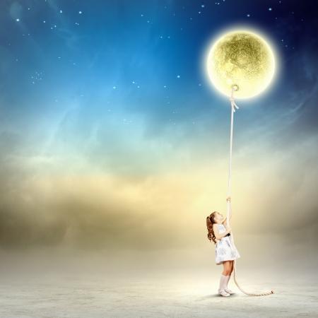 흰색 드레스 당기 달에 어린 소녀의 이미지
