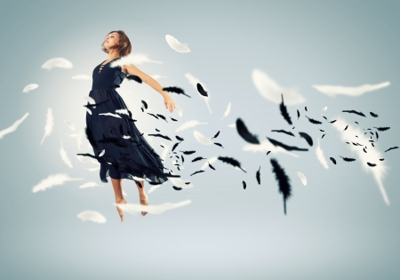 traje de gala: Chica joven volando entre las plumas como un p?jaro