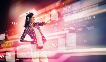 seguro social: Imagen de la mujer joven con auriculares tocando la pantalla virtual