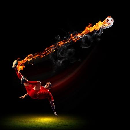 赤シャツのサッカー選手の画像
