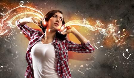 Jong meisje luistert naar muziek Modulaties van kleur en licht Stockfoto