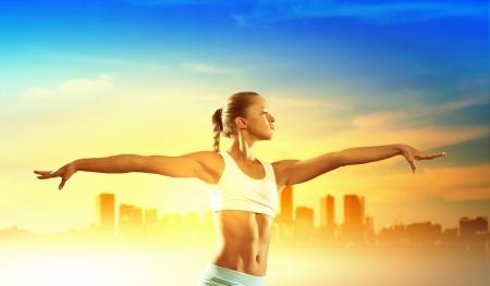 salud y deporte: Imagen de la joven atractiva mujer el ejercicio de deporte Foto de archivo