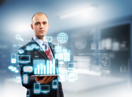 dotykový displej: Obrázek obchodník s Tablet PC proti high-tech pozadí Reklamní fotografie