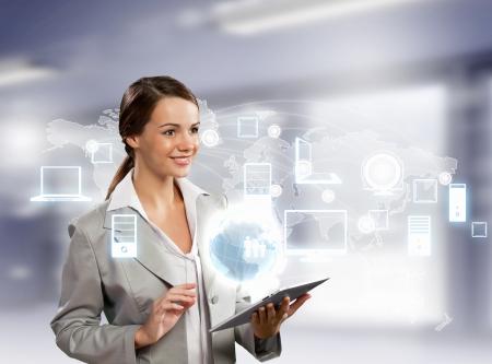 Imagen de la empresaria con la PC de la tableta contra el fondo de alta tecnolog?a