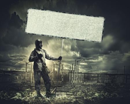 the end: Stalker in Gasmaske mit leeren Banner Disaster Konzept Lizenzfreie Bilder
