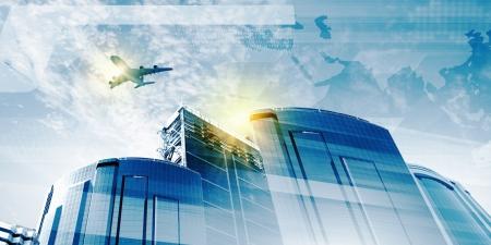 高層ビルのビジネス旅行の概念上を飛んでいる飛行機