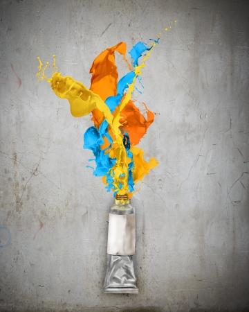 red tube: Imagen de tubo de pintura con salpicaduras de color Foto de archivo