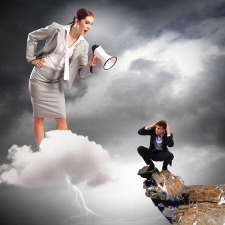jefe enojado: Empresaria enojada con meg?fono gritando a colega