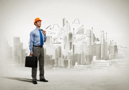 palazzo: Immagine di uomo ingegnere nel casco con bozze Concetto di costruzione