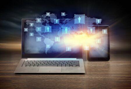 red informatica: Imagen del lugar de trabajo con el ordenador portátil, ipad, taza de café